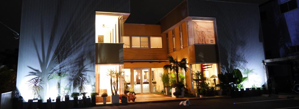 お店の外観(夜)|富士市の美容室とエステサロンのサロンドブー